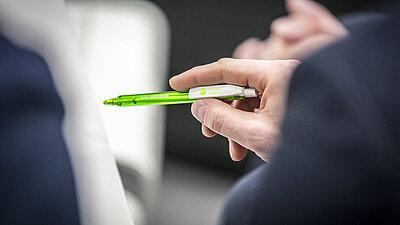 Person mit Stift in der Hand