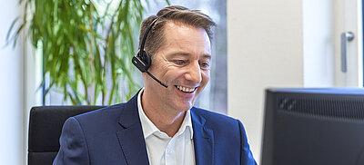 Mann mit Headset für Kontakt